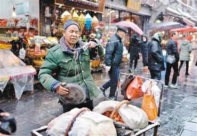 盲人卖鸡蛋养家 三十年风雨无阻