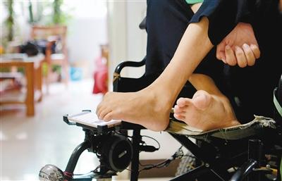 重度脑瘫患者朱思文:用一只脚 绘制梦想的人