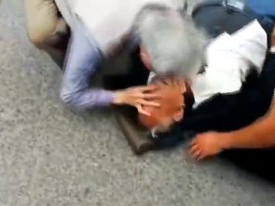 83岁老人跪地给96岁老人心肺复苏